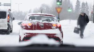 Lumimyräkkä riepottelee eteläistä Suomea