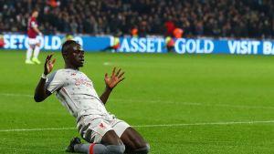 Liverpool paitsiomaalilla vierastasapeliin – katso selvä tuomarivirhe ja pelin maalit