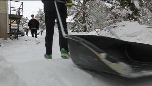 30 yläkoulaista lähti koulun naapuriin lumitöihin. Video: Emma Pietarila/Yle