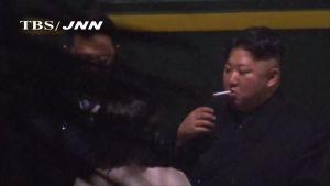Kim Jong-un sytytti tupakan Kiinassa matkalla huippukokoukseen