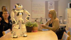 """""""Näytä minulle työväline ja toista perässä"""" – Välkky-robotti jaksaa opettaa suomea"""
