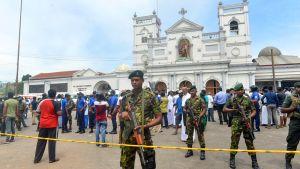 Ambulanssit toivat sairaalaan Sri Lankan iskuissa haavoittuneita