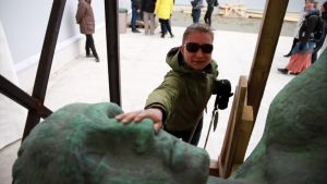 Näkövammaiset saivat poikkeuksellisen tilaisuuden tutustua Hämeensillan Pirkkalaispatsaisiin