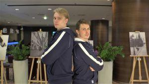 Kaapo Kakko ja Kristian Kuusela ovat keltanokkia MM-kisoissa, vaikka ikäeroa on 18 vuotta – Yle Urheilu istutti Leijonien ääripäät samalle sohvalle