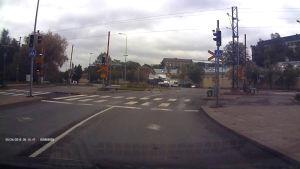 Turun keskustassa jolkotellut hirvi tallentui autokameraan