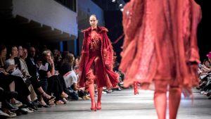 Nuorten muotilupausten luomukset ensimmäistä kertaa esillä Näytös19-tapahtumassa - Young Nordic designers launch their careers in fashion