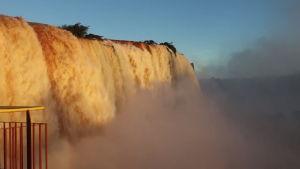 Tältä näyttää, kun sateet kaksinkertaistivat vesimassat Iguassun vesiputouksessa – katso vaikuttavat videokuvat