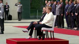 Berliinissä varotoimet Merkelin vapinakohtausten pelossa - kuuntelivat Tanskan pääministerin kanssa kansallislaulut istualtaan