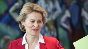 EU-komission puheenjohtajaehdokas Ursula von der Leyen puhuu Strasbourgissa
