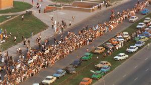 Kaksi miljoonaa ihmistä käsi kädessä käänsivät Baltian kurssia