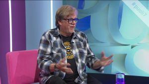 """Mikko Alatalo aloitti tv-uutisissa 70-luvun alussa – """"Oli hienoa tehdä töitä legendojen kanssa"""""""