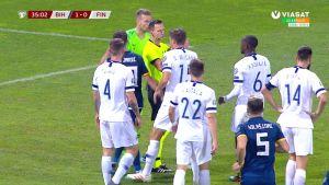 Osuiko pallo käteen? Bosnian rangaistuspotku raivostutti suomalaiset