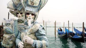 Värikäs karnevaali täyttää tulvista toipuvan Venetsian