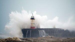 Voimakas myrsky runtelee Britanniaa