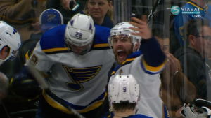 Pelottava tilanne NHL:ssä: St. Louisin pelaaja lyyhistyi vaihtopenkille