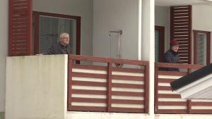 Ohjaaja pihalla ja jumppaajat parvekkeilla – sisätiloihin sulkeutuneet vanhukset saavat liikettä parvekejumpassa