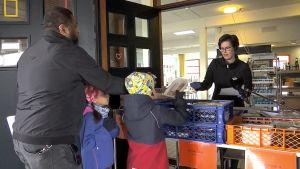 Etäoppilaan kouluruoan voi nyt hakea kotiin Helsingissä