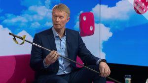 Olympiavoittaja Tapio Korjus esitteli Puoli seitsemän -ohjelmassa suksisauvan, joka vaikutti siihen, ettei palo urheilla ole sammunut koskaan
