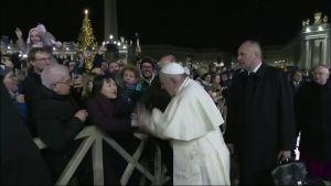 Paavi läpsäisi yli-innokasta ihailijaa