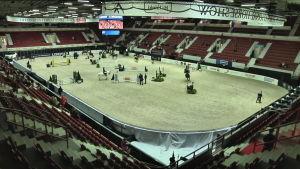 Katso minuutissa Helsingin Horse Show'n esteradan rakennus ja kisa