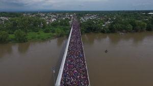 Siirtolaiset jumissa sillalla Meksikon rajalla