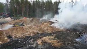 Laukaan jätepuupalon jälkisammutus kestää päiviä