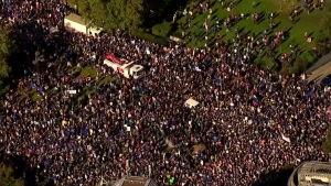 Jopa sadattuhannet mielenosoittajat vaativat Lontoossa kansanäänestystä brexit-sopimuksesta