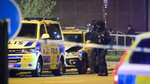 Poliisit tutkivat räjähdyksessä vaurioitunutta poliisiautoa Malmössä 29. joulukuuta.