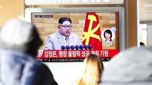 Ihmisiä katsomassa televisiosta uutislähetystä Etelä-Koreassa. Televisiokuvassa Pohjois-Korean johtaja Kim Jong-un.
