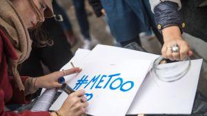 #MeToo -kyltti seksuaalista väkivaltaa ja häirintää vastustaneessa mielenosoituksessa Pariisissa 29. lokakuuta 2017.