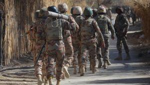 Pakistanin armeijan joukkoja saapumassa terrori-iskun tapahtumapaikalle Quettassa joulukuussa 2017.