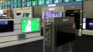 Erilaisia televisioita kodinkoneliikkeessä.