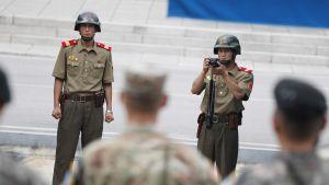 Pohjoiskorealaiset sotilaat ottavat kuvia eteläkorealaisista sotilaista  Panmunjomin rajakylässä heinäkuussa 2017.