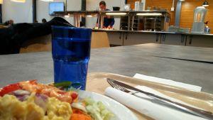 Ruokalautanen tarjottimella huoltoaseman ruokalassa.
