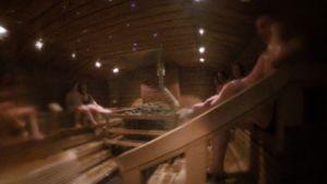Ihmiset saunovat Tykkimäen yleisessä saunassa
