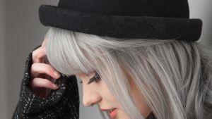 nuori nainen harmaissa hiuksissa