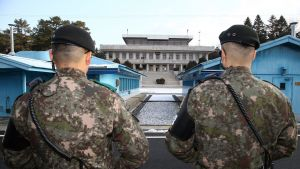 Kaksi eteläkorealaista sotilasta Panmunjomin rajakylässä.