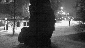 Kumigorillan sytyttämisestä epäilty henkilö valvontakameran kuvassa