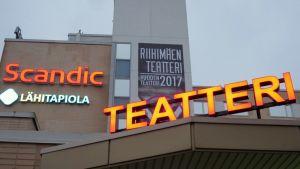 Riihimäen teatteri ja Scandic-hotellin neonvalomainokset teatterihotellin seinässä