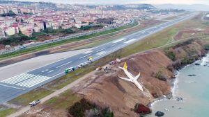 Kiitoradalta luisunut lentokone rinteessä Turkin Trabzonissa.