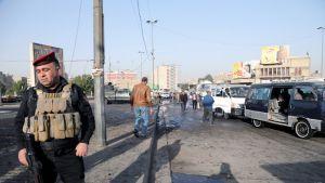 Irakilaispoliisi Tayran-aukiolla, jossa itsemurhaiskut tapahtuivat.