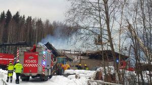 Suomen Kivivalmisteen teollisuushalli tuhoutui kokonaan tulipalossa.