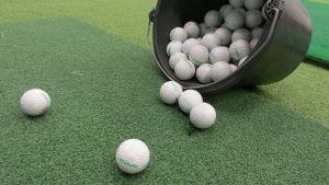 Golfpalloja keinonurmella