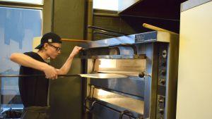 Kotipizzan Härkis-burgerpizza sisältää pizzapohjan, tomaattikastiketta, vegaanista juustoa, härkäpapuvalmistetta, salaattia ja vegaani long island -kastiketta. Kuvattu Kotipizzassa Mikkelin keskustassa.