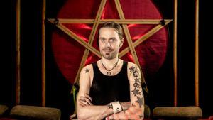 Anssi Kippo seisoo Astia-studiolla suuren pentagrammin edessä, valo välkkyy taustalla.