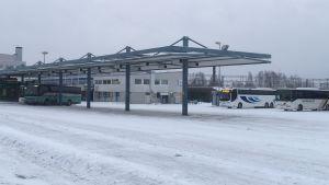 Bussit odottavat asiakkaita KOuvolan matkakeskuksessa