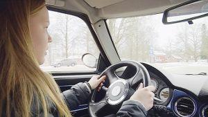 Nuori tyttö ajaa mopoautoa