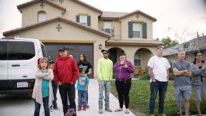 Naapurit seisovat Turpinien talon edustalla Kalifornian Perrisissä.