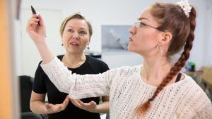 Nanna Hänninen ja Bailey Lähdesmäki tekevät suunnitelmia Neemo-työpajaan.