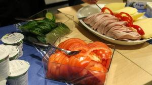 Leikkeleitä ja kasviksia aamiaispöydässä